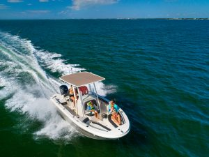 Sugestões para equipar um pequeno barco com motor fora de borda para ir ao mar